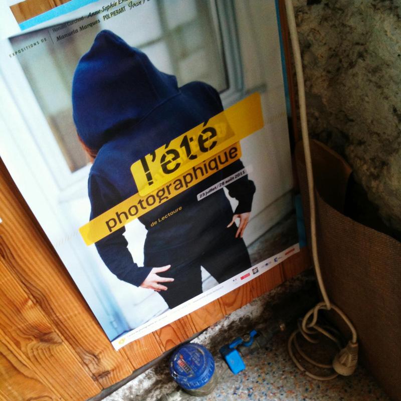 L'affiche de l'Été photographique de Lectoure collée sur un coin de mur.