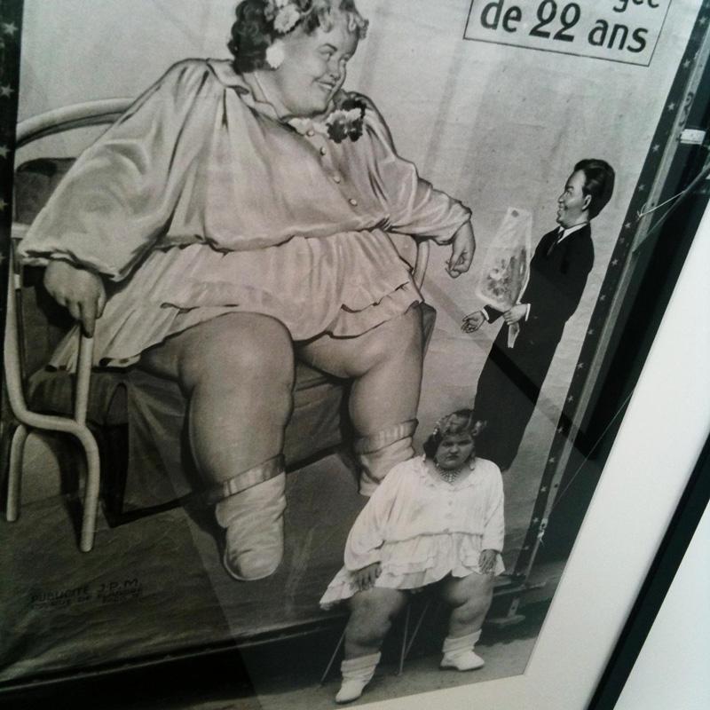 Une photo d'affiche ancienne et son modèle.