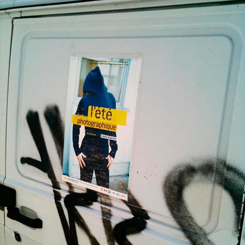 L'affiche de l'Été photographique de Lectoure collée sur une fourgonnette.