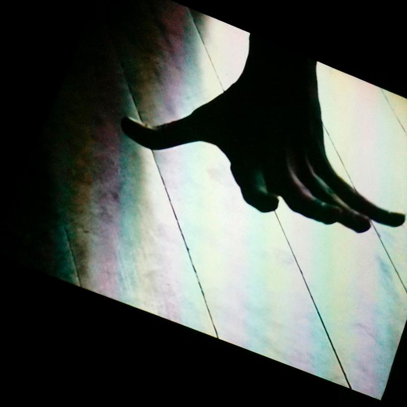 Une main sur un écran.