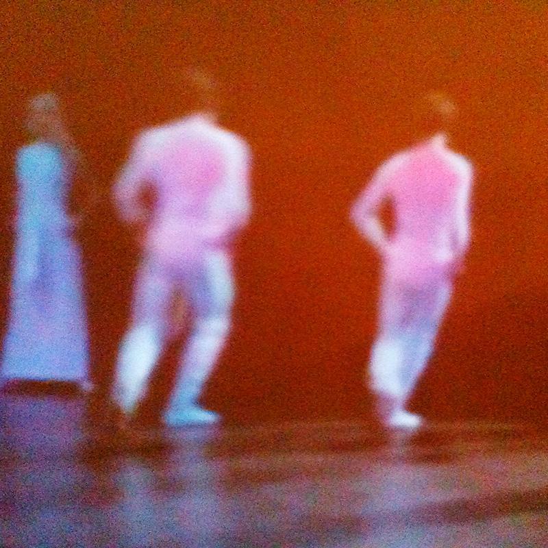 Des danseurs vêtus de blanc.