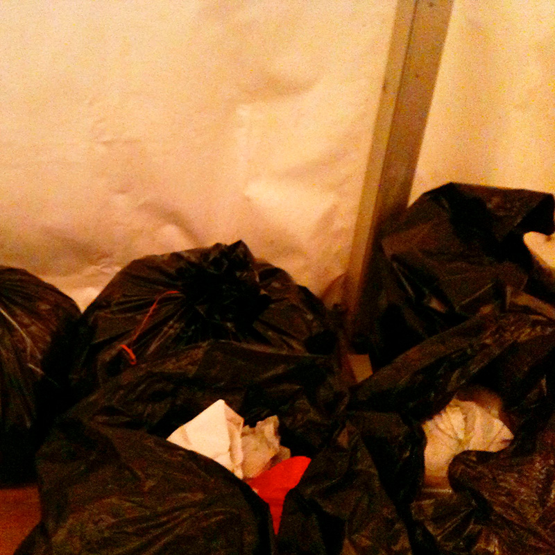 Un amas de sac poubelle.