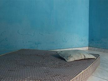 Une chambre bleue, un oreiller grège, une image de Corinne Deniel pour une de ses série autour de la narration, pour Magazine Aléatoire.