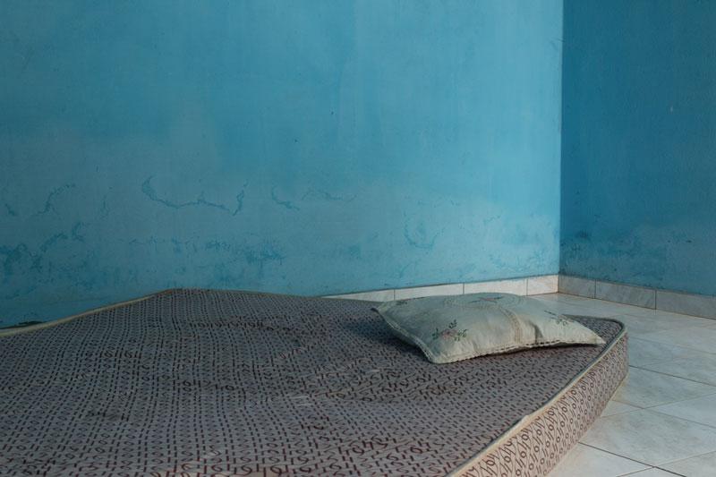 Une chambre bleue, un oreiller grège, une image de Corinne Deniel autour de la narration, pour Magazine Aléatoire.