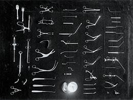 Des instruments chirurgicaux des années 1900, une image illustrant une texte de Yann Febvre pour Magazine Aléatoire.