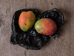 Deux mangues dans un emballage noir, une image de Corinne Deniel pour une de ses série autour de la narration, pour Magazine Aléatoire.