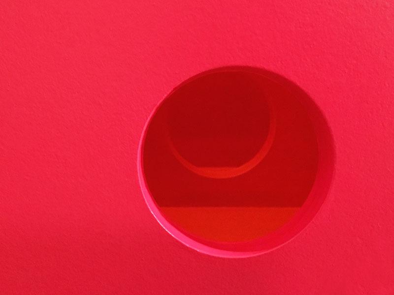 Deux drôles de formes circulaires rouges, accompagnant une série de textes de Caroline Pandelé, édités par Magazine Aléatoire.