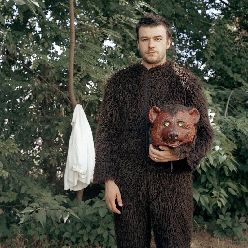 Portrait en costume d'ours, une image de Philippe Lebruman illustrant L'entrevue qui déchire de Michel Cloup par Yann Febvre pour Magazine Aléatoire.