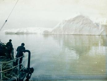 Une expédition en Antarctique, un iceberg énigmatique, une chronique de Paul de Sorbier paru dans Magazine Aléatoire.