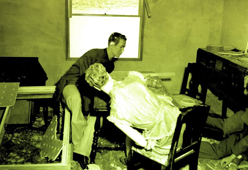 Opération Doorstep, 1953, montrant les dégâts d'une salle à manger peuplée de mannequins après une explosion nucléaire, une image illustrant un texte de Leconte de Lisle paru dans Magazine Aléatoire.