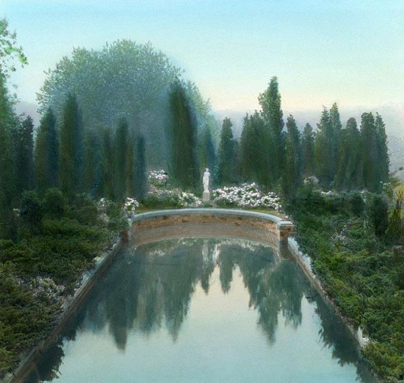 Une sculpture angélique au beau milieu d'un jardin luxuriant, illustrant un objet sonore de Boris Billier pour Magazine Aléatoire.